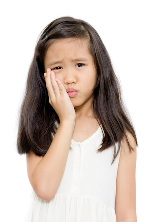 Little girl with toothache needing to see an emergency dentist in Cibolo, TX